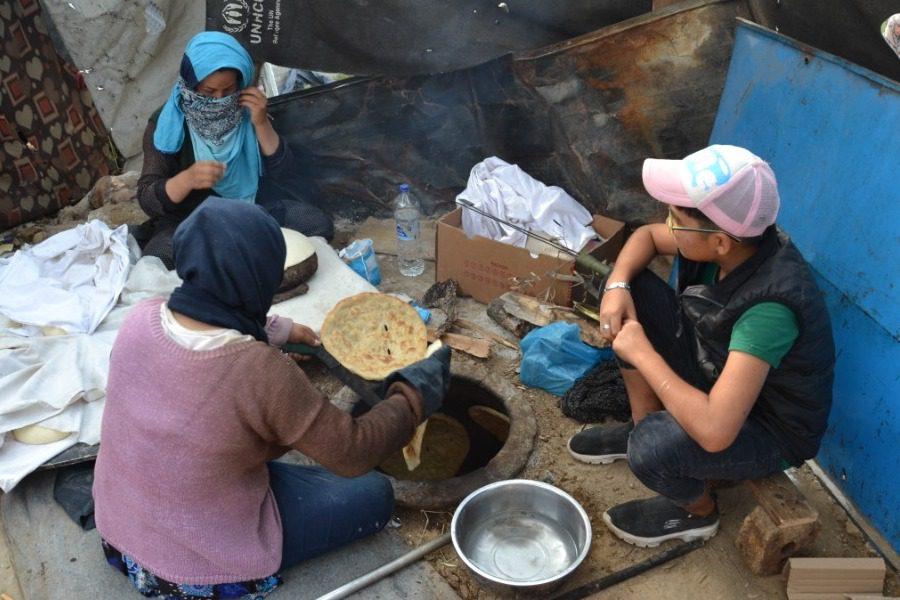 «Ναν», το ψωμί της ξενιτιάς των Αφγανών στη Μόρια