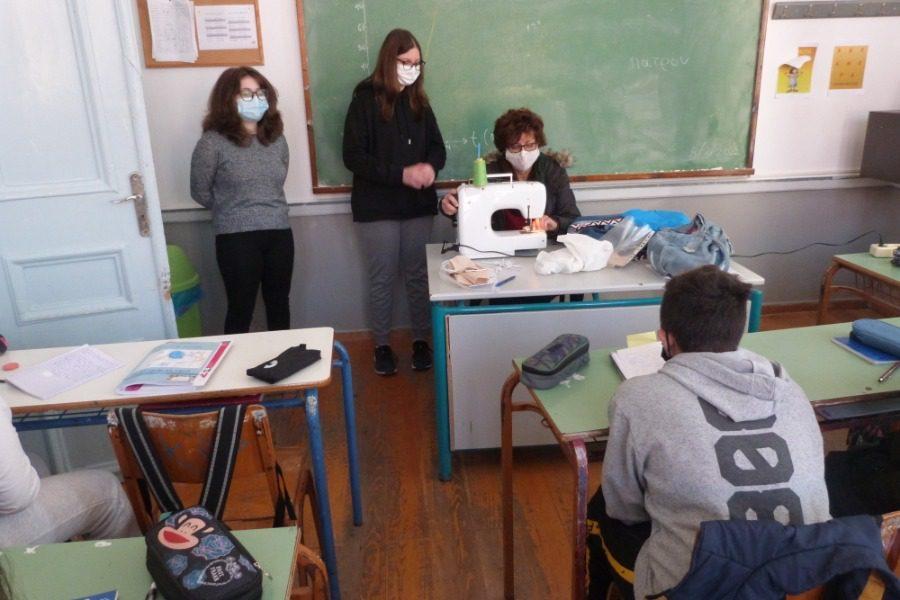 Ράβουν μάσκες στο 6ο Γυμνάσιο