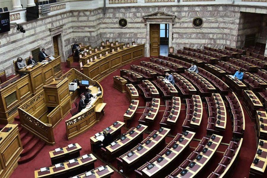 Η Καράβα στη Βουλή εν μέσω κορονοϊού