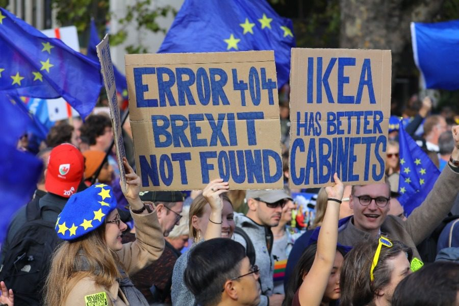 Αναβλήθηκε ξανά το Brexit, την ώρα που χιλιάδες διαδηλωτές ζητούσαν νέο δημοψήφισμα