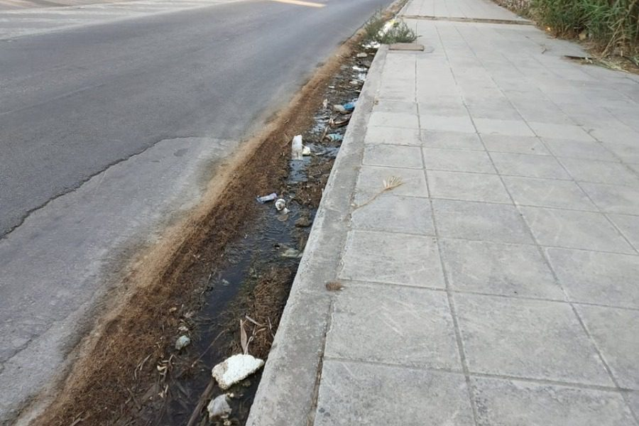 Απόνερα και σκουπίδια στο δρόμο της Βαρειάς