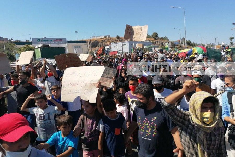 «Θέλουμε να φύγουμε»: Χιλιάδες στο μπλόκο της Αστυνομίας