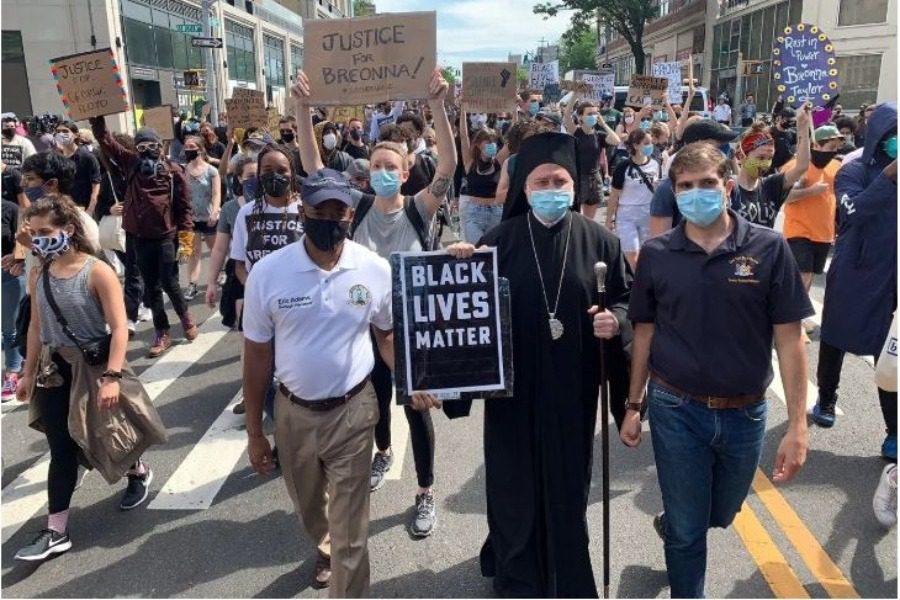Ο Aρχιεπίσκοπος Αμερικής Ελπιδοφόρος σε διαδήλωση στο Μπρούκλιν