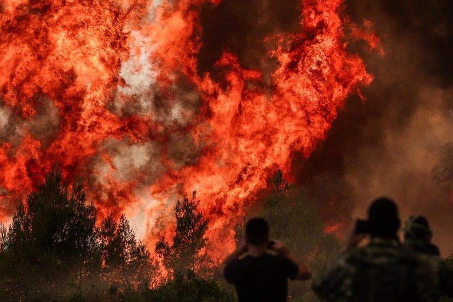 Εκτός ελέγχου μαίνεται η πυρκαγιά στη Βαρυμπόμπη