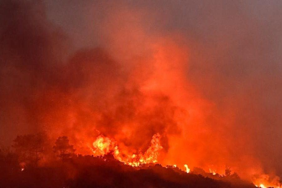 Ολονύχτια μάχη με τις φλόγες στους Βουρλιώτες