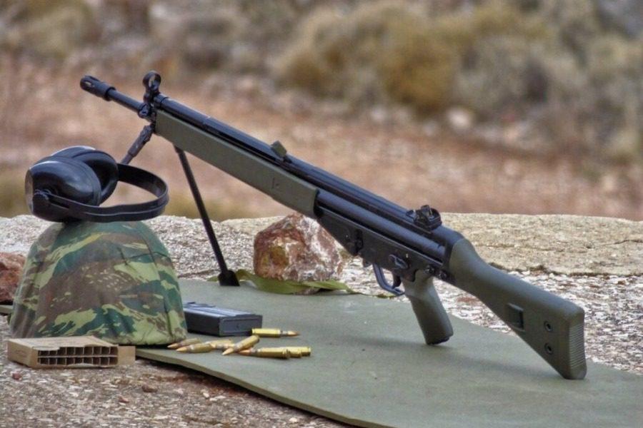 Η «κόκκινη προβιά» με το στρατιωτικό όπλο στη  Χαραμίδα!