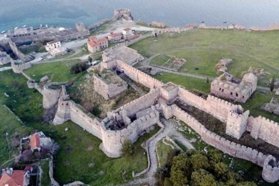 Φωτιά σε ξερά χόρτα στο Κάστρο Μυτιλήνης