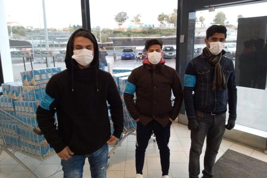 Στήνουν ουρές στο σούπερ‑ μάρκετ και ενημερώνουν τους αιτούντες άσυλο