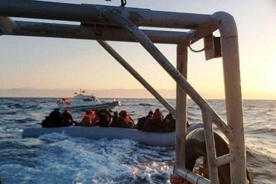 Τουρκική ακταιωρός συνοδεύει βάρκα με κατεύθυνση τη Λέσβο
