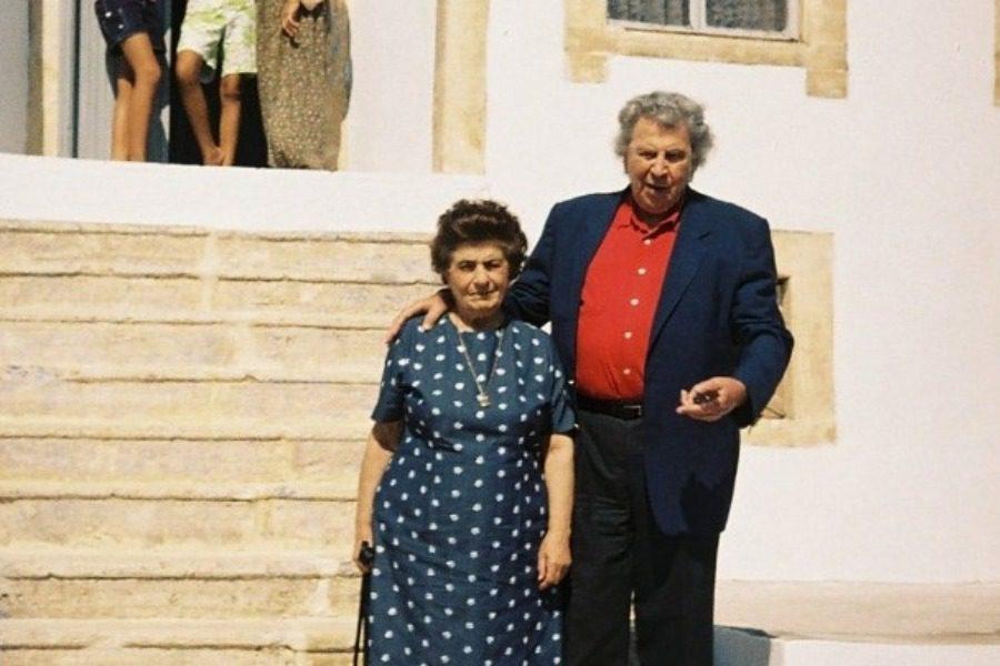 Ο Μίκης στο σπίτι της μάνας του στον Τσεσμέ