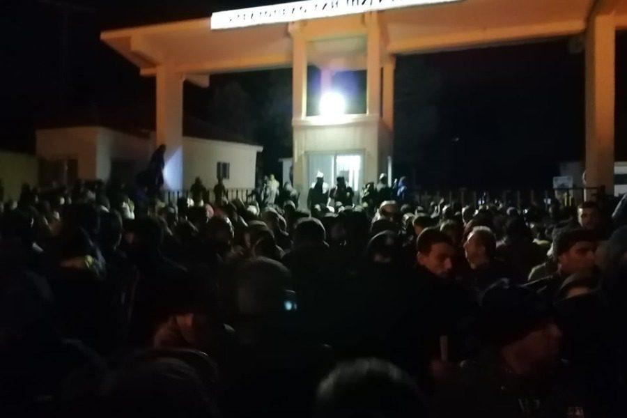 Εξοργισμένοι πολίτες της Μυτιλήνης «πολιορκούν» το Στρατόπεδο της Παγανής