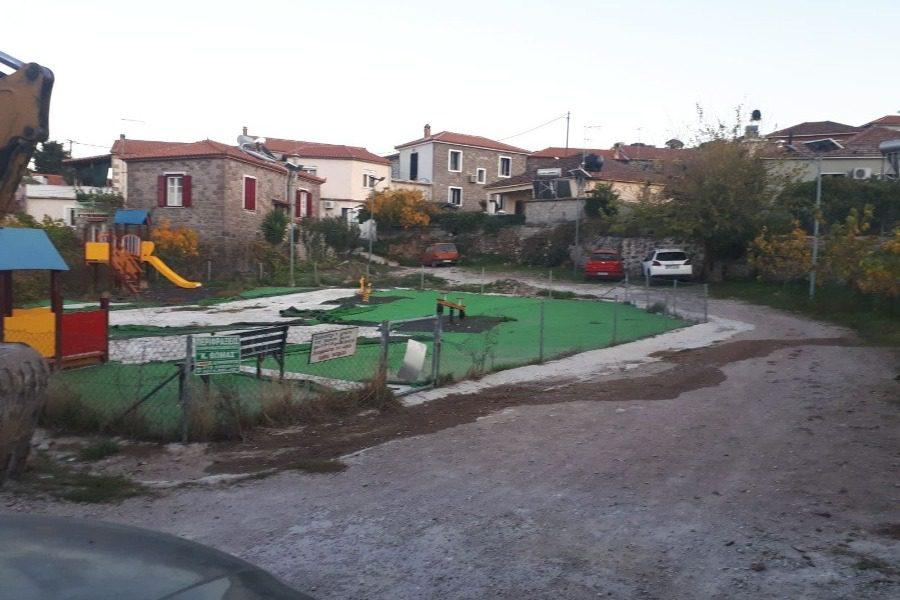 Κτηνιατρείο στον Μανταμάδο, γήπεδο, Αρχοντικό Τζάννου και Παιδική χαρά