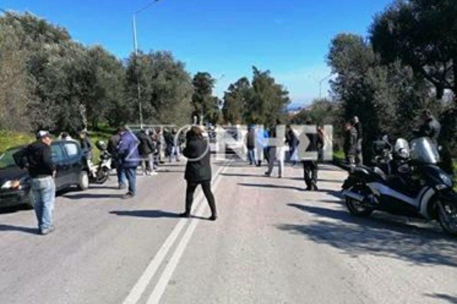 Κλείνουν τον δρόμο για να μην περάσουν τα λεωφορεία προς Μόρια
