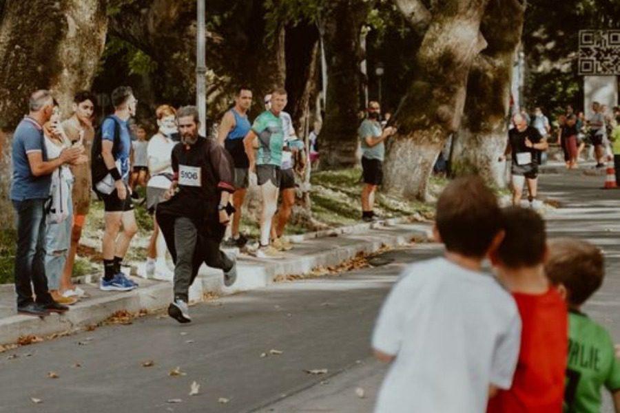 Έτρεξε με το ράσο του και βγήκε τρίτος