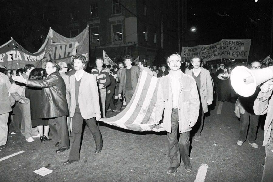 ΑΦΗΓΗΣΗ ΝΤΟΚΟΥΜΕΝΤΟ. Η σημαία του Πολυτεχνείου… «τόλμησα μόνο μία φορά να την ξεδιπλώσω πάνω στο κρεβάτι μου»
