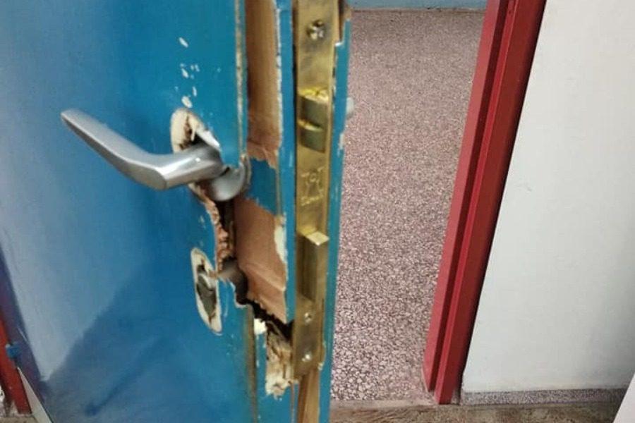 Η απάντηση‑ έκπληξη του διευθυντή όταν έσπασαν την πόρτα του!