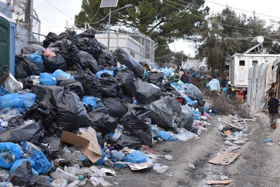 Οι άνθρωποι ζουν ανάμεσα σε σκουπίδια!