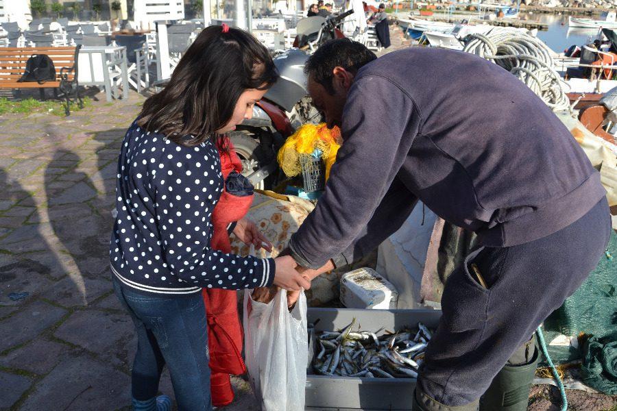 Ψάρια να φάνε οι πρόσφυγες