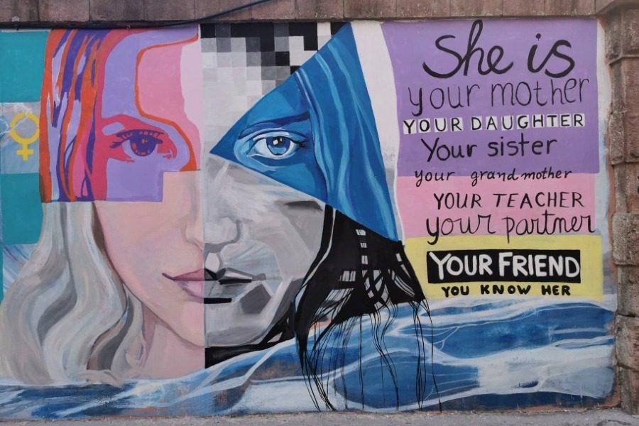 Είναι η μητέρα σου, η αδερφή σου, η δασκάλα σου, η Ερατώ… Εσύ