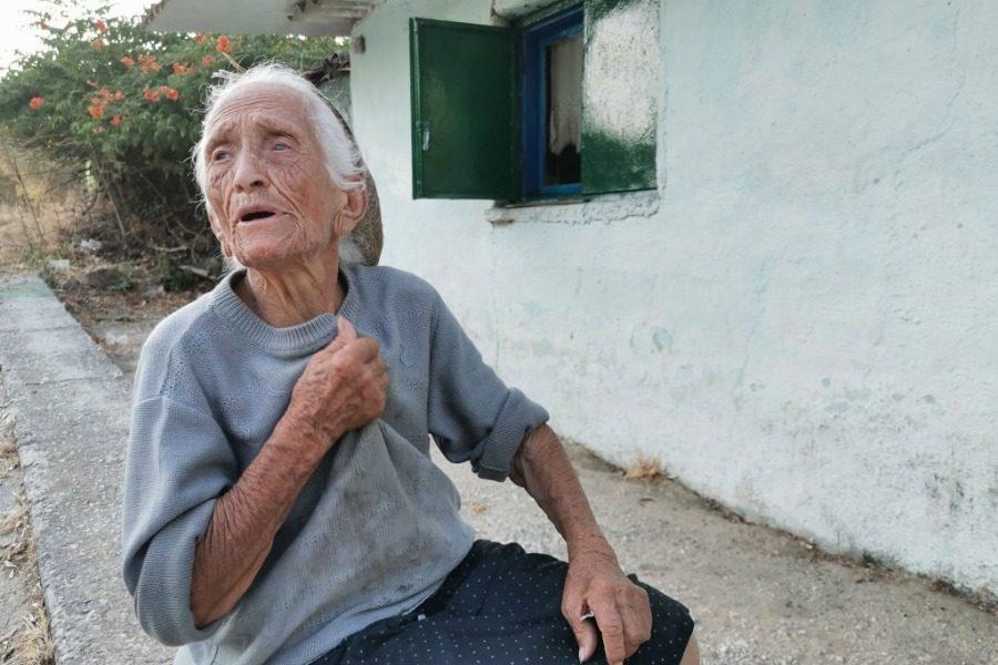 Σαν πας στο Ένθρονο, φίλεψε κάτι τη γιαγιά Σοφία και κάτσε να τα πείτε...