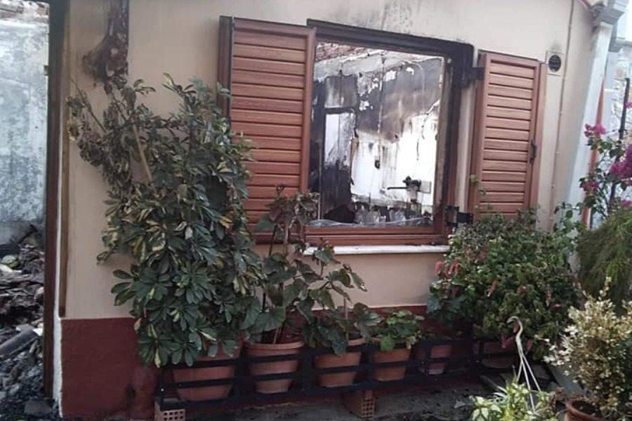 Πόρτα και παράθυρα για το καμένο σπιτικό στα Λουτρά