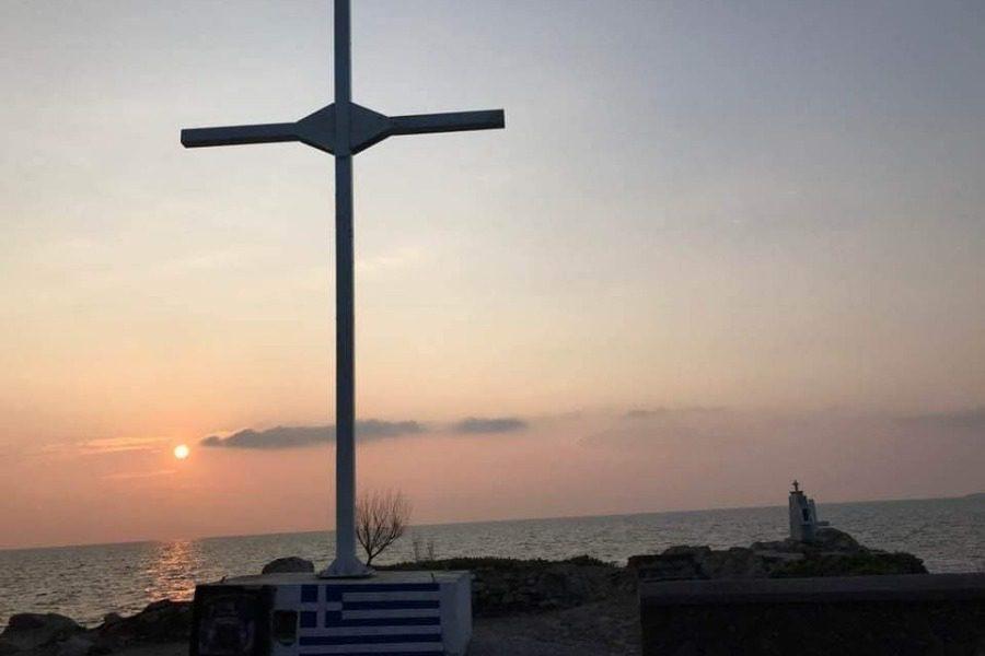 «Γιατί υψώνουμε τον σταυρό της θυσιαστικής του αγάπης, σαν «ξόανο» αποτροπής «αοράτων» εχθρών;»