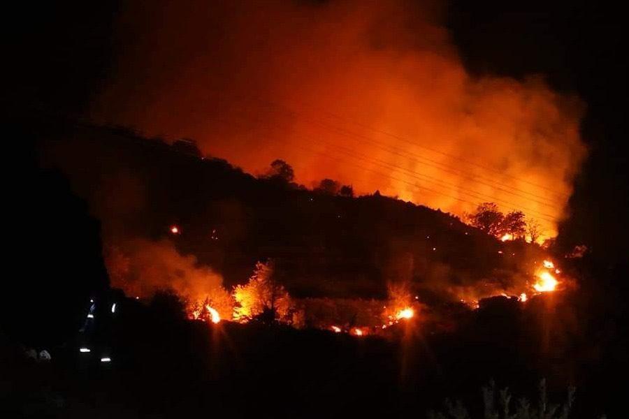 Διπλό μέτωπο πυρκαγιάς σε Βατούσα και Αντισσα!